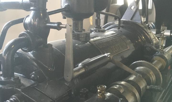 Ausschnitt eines liegenden Einzylinder-Viertakt Gasmotors von 1883.