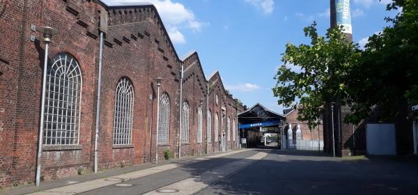 Museumsgelände mit Fabrikhalle und Schornstein