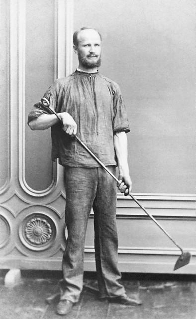 Arbeiter mit Werkzeug für die Arbeit am Röstofen