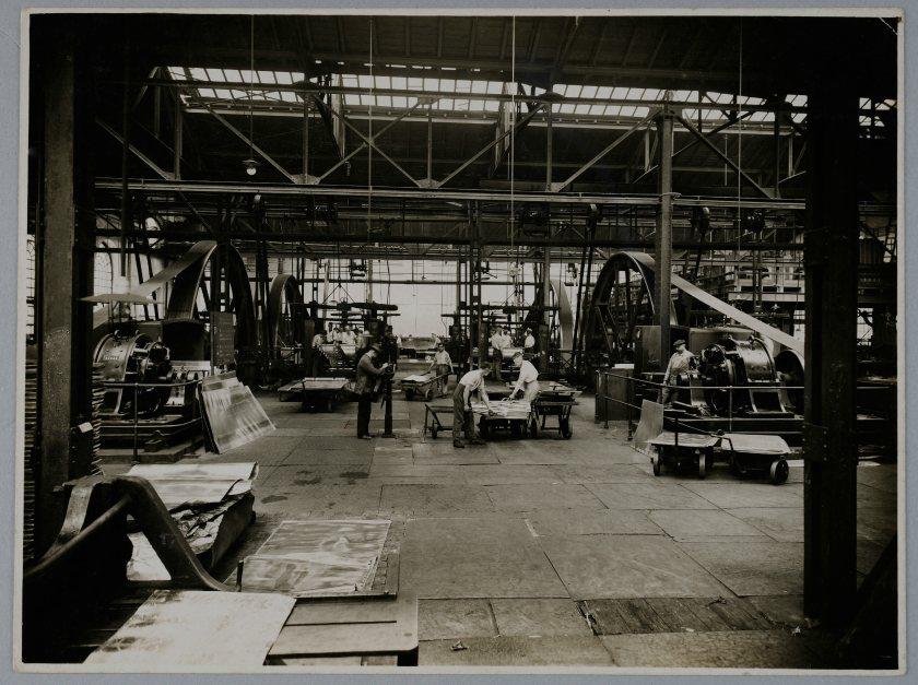 Alte Fabrikhalle mit Arbeitern und Maschinen