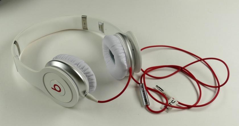 "Weiße ""Beats""-On-Ear-Kopfhörer"