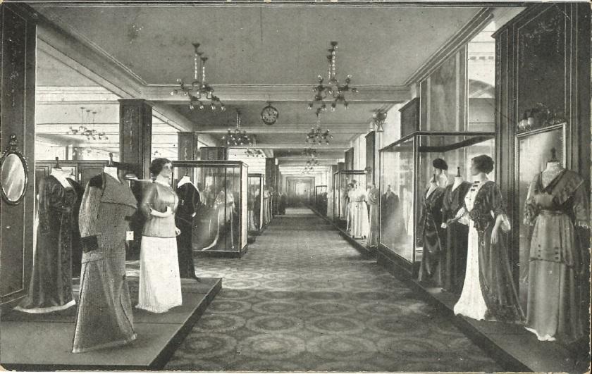 Damenabteilung in einem großen Kaufhaus, um 1900. Warenhaus Wertheim. Zinkfabrik Altenberg