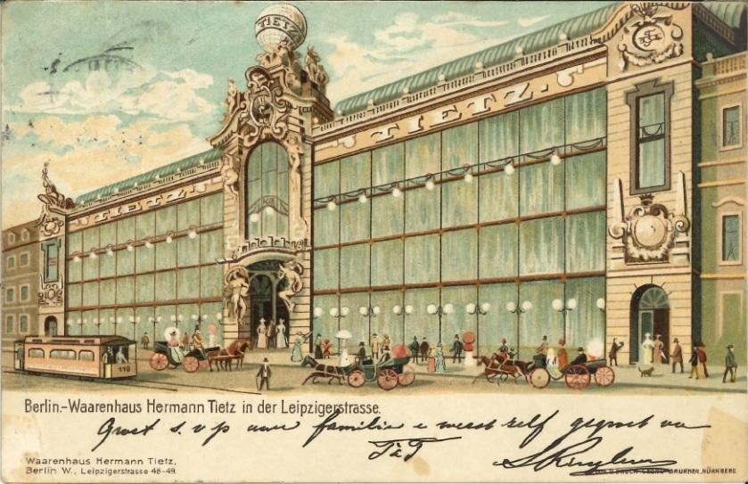 Warenhaus Hermann Tietz: Kaufhausfassade mit großen Schaufenstern. Zinkfabrik Altenberg