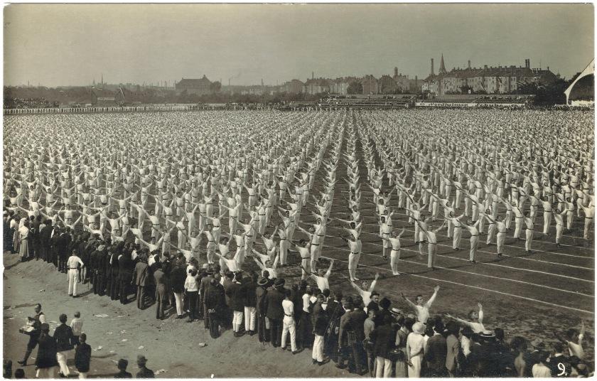 Vereine in der Klassengesellschaft des Kaiserreichs: Viele gleichgekleidete Männer führen die gleiche Turnübung durch.