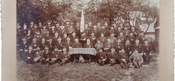 Verein und Klassengesellschaft: Gruppenfoto von ca. 60 Männern in Uniform.